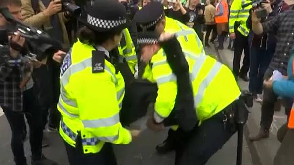 Polícia britânica detém mais de uma centena de ativistas