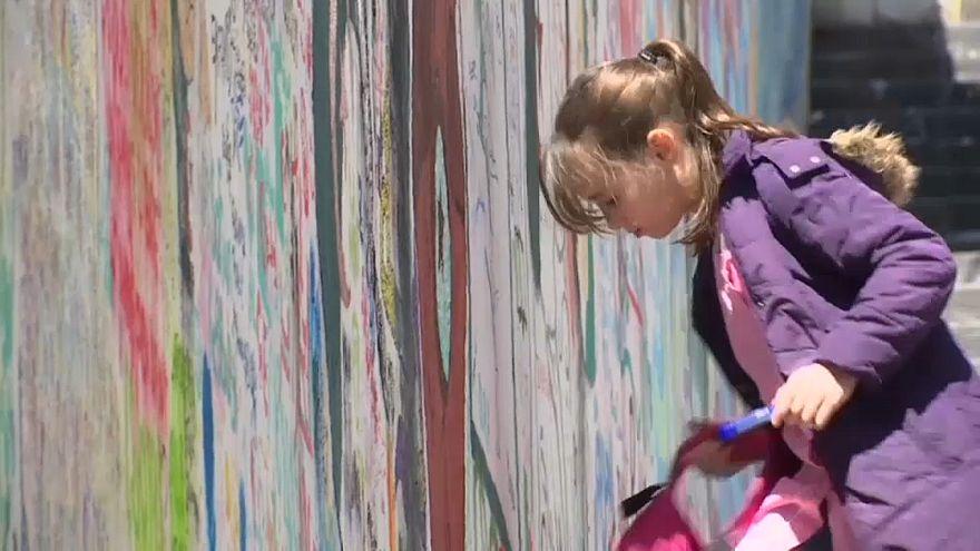 فتاة ترسم على الجدران
