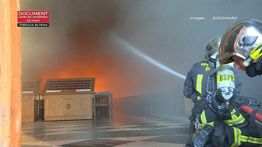 ویدیویی از عملیات آتش نشانان پاریسی در داخل نوتردام