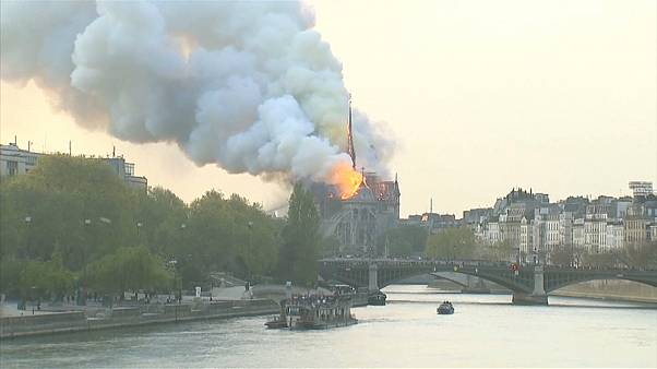 Sokkolta a párizsiakat a tűzvész