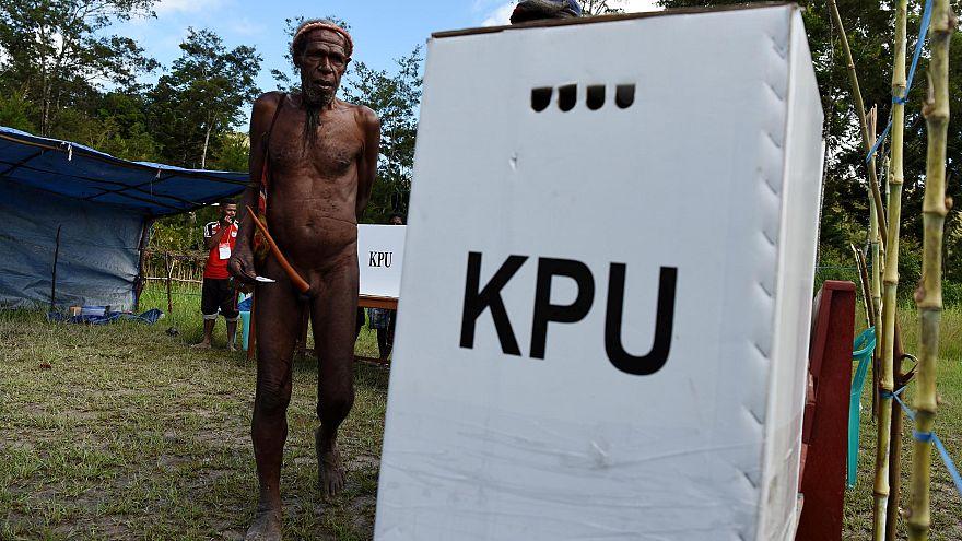 Őslakos férfi szavaz Wamenában, az Indonéziához tartozó Pápua szigetén