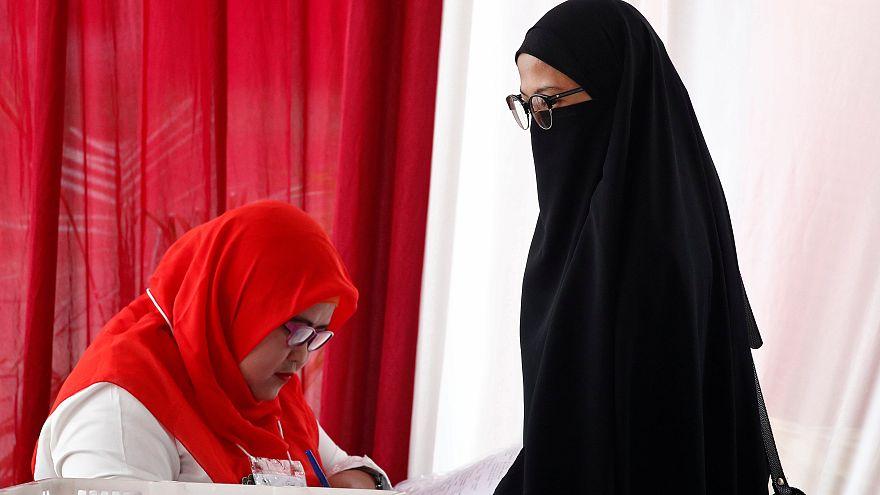 Endonezya'nın başkenti Cakarta'da oyunu kullanan bir kadın