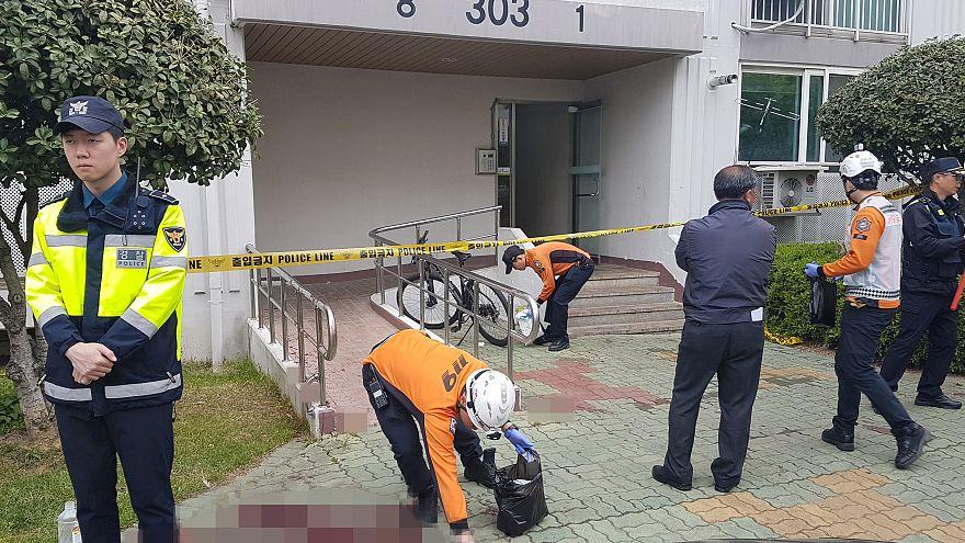 منظر للمكان الذي قالت الشرطة إن رجلا أشعل النار في شقته في جينجو يوم الأربع