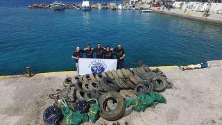 Σαρωνικός: 1,5 τόνο σκουπιδιών έβγαλαν εθελοντές δύτες