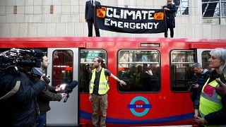 A metróhoz ragasztotta magát egy klímaaktivista a politikusok elleni tiltakozásképpen