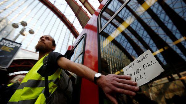 """Londra, ambientalista si """"incolla"""" ad un treno della metropolitana"""