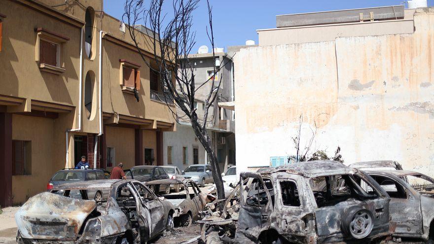حافلات دمرت جراء قصف وقع خلال الليل في حي أبو سليم بطرابلس يوم الأربعاء.