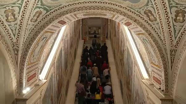 """المؤمنون المسيحيون يتوافدون على كنيسة """"لاتيران"""" بروما للتبرِّك بالسلالم المقدسة"""