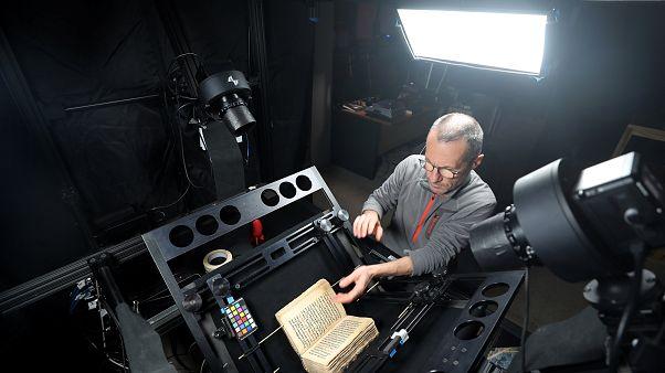 كيف تحفظ التكنولوجيا أندر المخطوطات الدينية والإنسانية في مصر والعالم؟