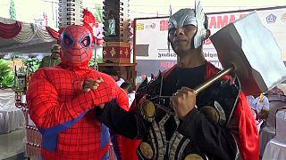 شاهد: أبطال خارقون لاستقبال الناخبين في أندونيسيا