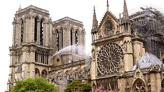 Fransa'da bütün katedrallerin çanları Notre-Dame için çaldı