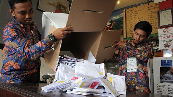 مسؤولان يفرزان أصوات الناخبين في الانتخابات الرئاسية في جاوة