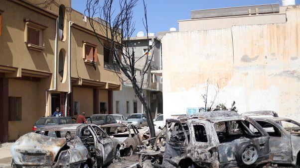 حافلات دمرت جراء قصف وقع خلال الليل في حي أبو سليم بطرابلس يوم الأربعاء