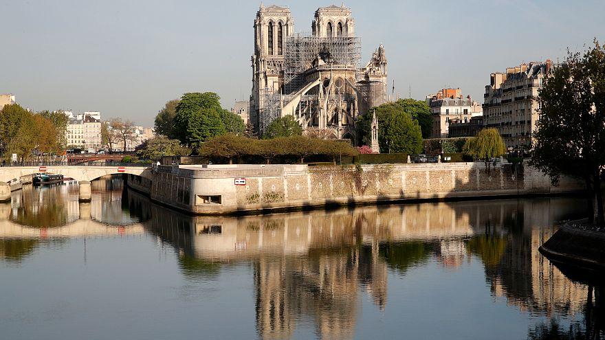 """Victor Hugo'nun """"Notre Dame'ın Kamburu"""" romanı yangın sonrasında en çok satan kitap oldu"""