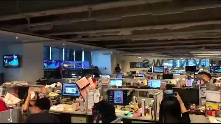شاهد: اللحظات الأولى لزلزال تايوان من داخل إحدى غرف الأخبار
