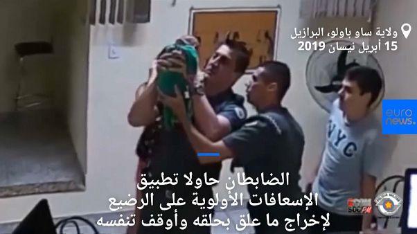 شاهد: هرعا إلى قسم الشرطة لإنقاذ رضيعهما الذي يختنق ... فماذا حدث؟
