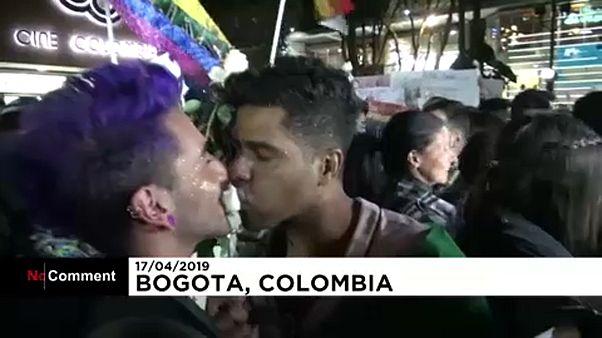 Colombie : embrassades de soutien à un couple gay