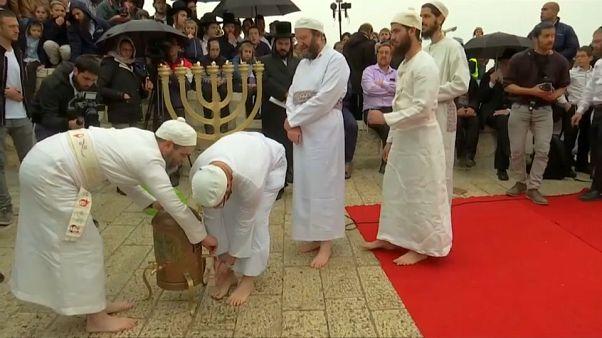 يهود قرب المسجد الأقصى يغسلون الأرجل في قربان عيد الفصح السنوي