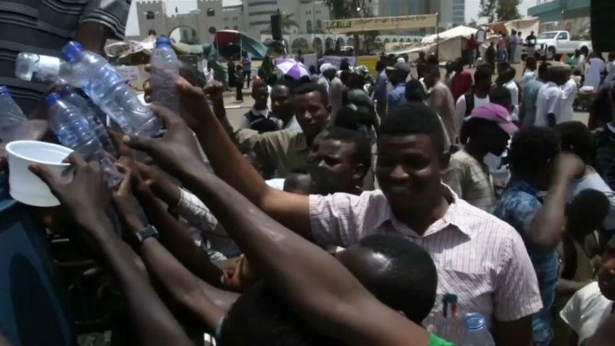 تقسیم داوطلبانه آب بین تظاهر کنندگان سودانی