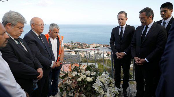 Der deutsche Außenminister Heiko Maas besucht die Unfallstelle in Madeira