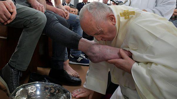 البابا يقبل أقدام السجناء