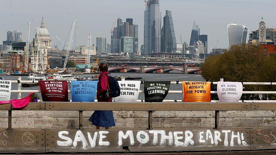 لافتات لجماعات التوعية بالتغير المناخي في لندن