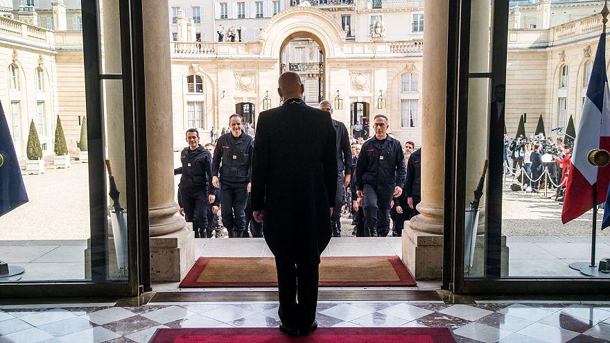 Parigi saluta e celebra i suoi eroi: i pompieri che hanno salvato Notre-Dame
