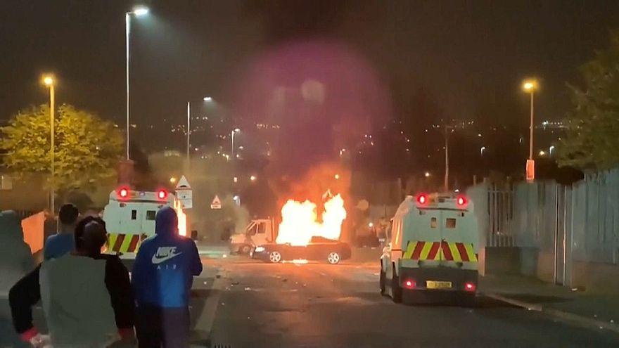 """مقتل امرأة واعتداء على الشرطة في """"هجوم إرهابي"""" بأيرلندا الشمالية"""
