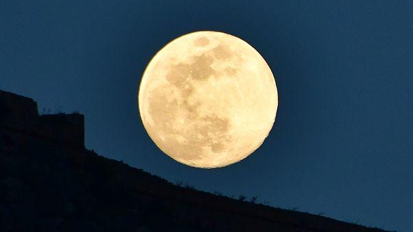 Το φεγγάρι ανατέλλει επάνω από το κάστρο Παλαμήδη στο Ναύπλιο 18/04/2019