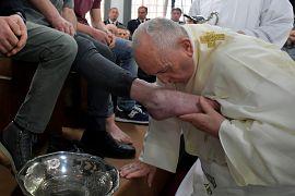 Papst küsst Füße eines Gefängnisinsassen am Gründonnerstag in Velletri