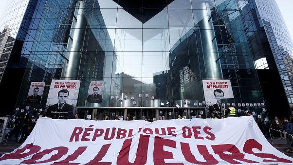 Демонстранты заблокировали деловой квартал Парижа