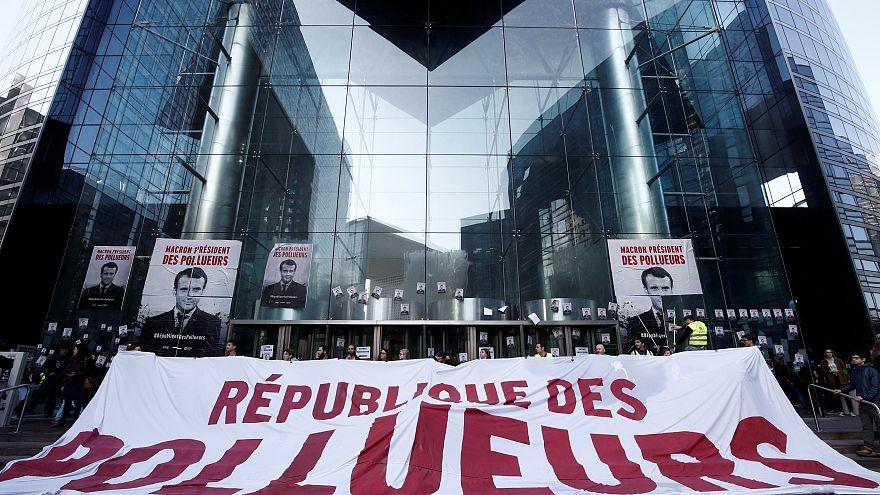 Activistas de Greenpeace bloquean la entrada de un banco en París