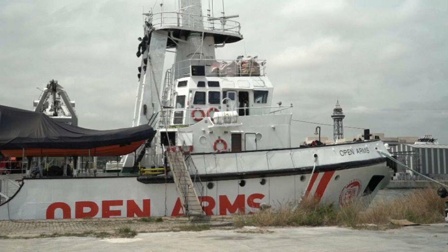 Open Arms pospone la salida de su barco del puerto de Barcelona