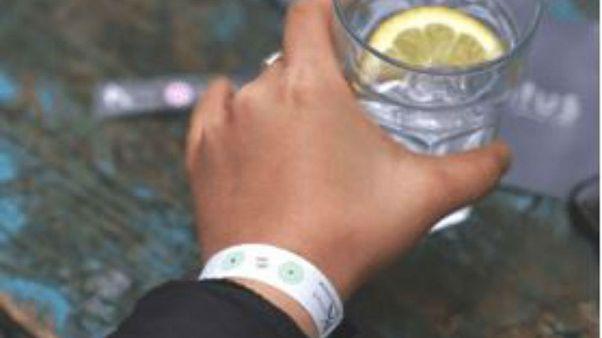 İçkiye ilaç katılıp katılmadığını gösteren bileklik üretildi