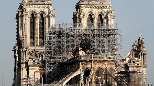El 'Vía Crucis' alrededor de la catedral de Notre Dame