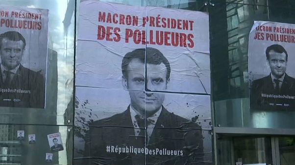 Greenpeace protesta contra o petróleo em Paris