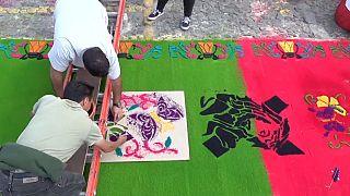 Tappeti colorati per la Via Crucis ad Antigua