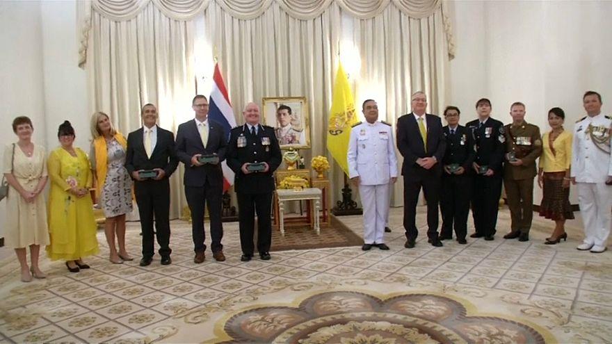شاهد: ملك تايلاند يكرم غواصين أستراليين شاركا في إنقاذ فتية الكهف