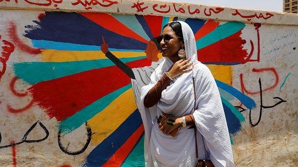 """أيقونة الثورة السودانية لـ""""يورونيوز"""": سنوات حكم البشير أظلم عقود مرت على الشعب السوداني"""
