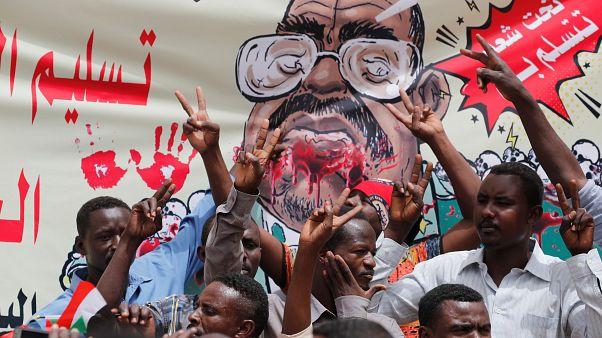 شاهد: السودانيون يعتصمون أمام وزارة الدفاع للمطالبة بسلطة مدنية