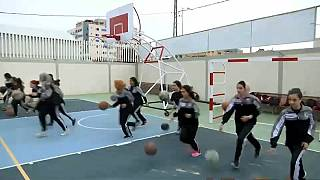 فلسطينيات في غزة يلعبن كرة السلة