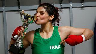 ملاكمة إيرانية تنازل فرنسية بدون حجاب ..فتصدر في حقها مذكرة اعتقال في بلدها