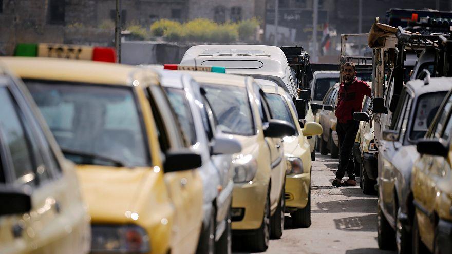 سيارات تصطف انتظاراً للبنزين في دمشق