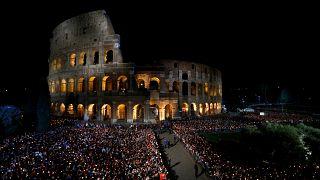 Via Crucis, papa Francesco mette al centro rifugiati migranti e famiglie spezzate