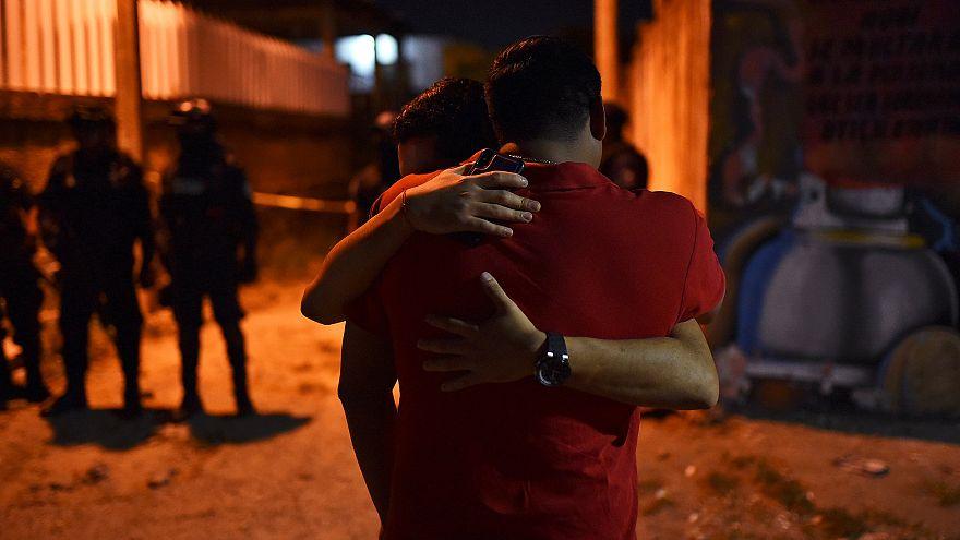 Familiares de las víctimas tras el ataque en Minatitlan