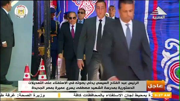 شاهد.. الرئيس المصري يدلي بصوته في استفتاء على تعديلات دستورية قد تمدد حكمه إلى 2030