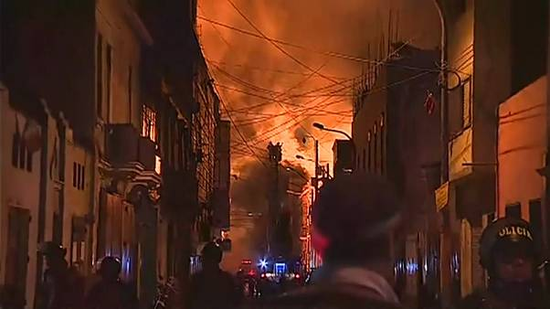 Espectacular incendio en el casco antiguo de Lima