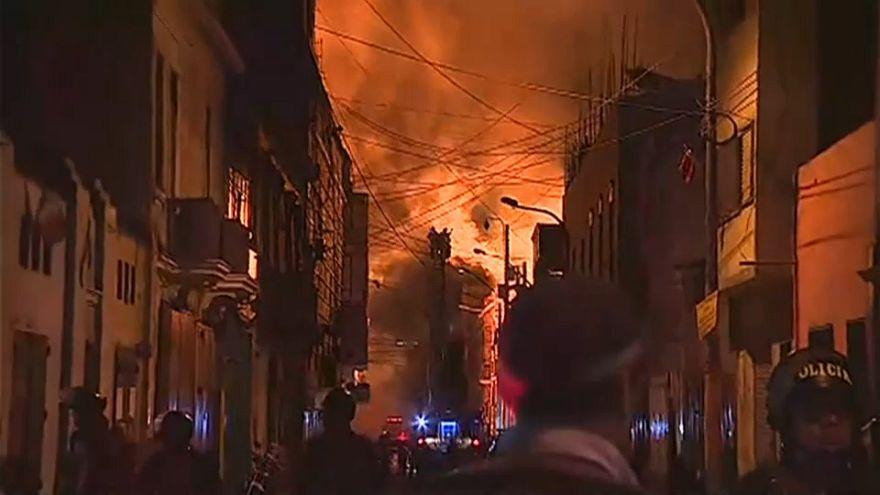 Au Pérou, une partie du centre historique de Lima part en fumée