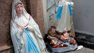 Patlama sonrası St. Anthony Kilisesi'nde ikiye bölünmüş Meryem Ana heykeli