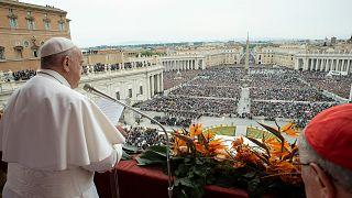 البابا فرنسيس مؤدياً صلاة عيد الفصح أمس الأحد
